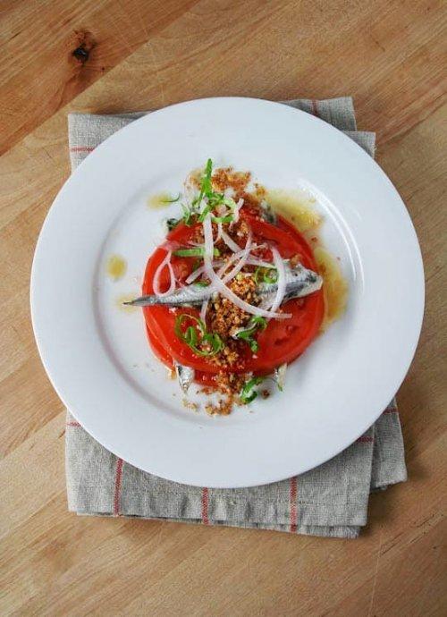 Ensalada individual de tomate y anchoas